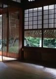 Finestra di legno interna della casa giapponese con il fondo bianco dei dettagli di struttura fotografie stock libere da diritti