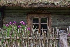 Finestra di legno Lituania della casa di campagna Immagini Stock