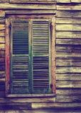 Finestra di legno rustica della costruzione con gli otturatori verdi chiusi Fotografie Stock
