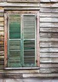 Finestra di legno rustica della costruzione con gli otturatori verdi chiusi Immagini Stock