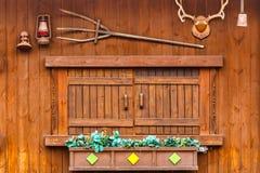 Finestra di legno sulla casa di legno Fotografia Stock