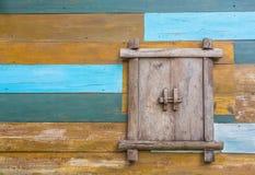 Finestra di legno sulla parete Fotografia Stock Libera da Diritti