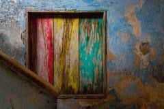 Finestra di legno verde, gialla e rossa interna marcia Immagine Stock Libera da Diritti