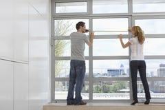 Finestra di misurazione dell'appartamento delle coppie Fotografia Stock