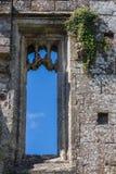 Finestra di pietra scolpita del castello Fotografie Stock