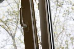 finestra di plastica aperta del vinile contro il cielo e gli alberi fotografia stock libera da diritti