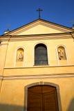 Finestra di Rosa Italia Lombardia nella vecchia chiesa del samarate immagini stock
