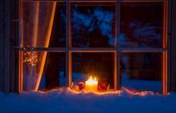 Finestra di Snowy, decorazione di Natale e candele di legno Fotografie Stock