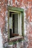 Finestra di una casa abbandonata Immagine Stock