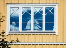 Finestra di una casa con una barca a vela di modello Fotografie Stock Libere da Diritti