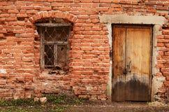 Finestra di vecchia casa con mattoni a vista immagine stock