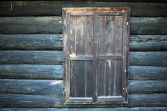 Finestra di vecchia casa di legno Fotografia Stock