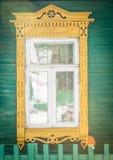 Finestra di vecchia casa di legno russa tradizionale. Immagini Stock