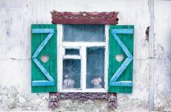 Finestra di vecchia casa nel villaggio russo Immagini Stock Libere da Diritti