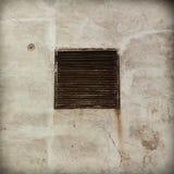 Finestra di ventilazione arrugginita del metallo sulla parete Fotografie Stock