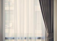 Finestra di vetro con la tenda traslucida bianca Immagini Stock Libere da Diritti