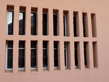 Finestra di vetro con le barre dello scassinatore del gesso immagini stock libere da diritti