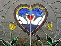 Finestra di vetro macchiata che bacia i cigni Immagini Stock