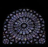 Finestra di vetro macchiata di Notre Dame, Parigi Immagine Stock Libera da Diritti