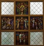 Finestra di vetro macchiato che rappresenta Gesù sull'incrocio. Fotografie Stock