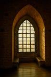 Finestra di vetro macchiato nel castello medievale immagine stock