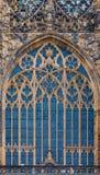 Finestra di vetro macchiato in st Vitus Cathedral a Praga Immagine Stock