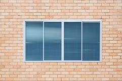 Finestra di vetro moderna sul muro di mattoni Fotografie Stock Libere da Diritti