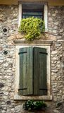 Finestra dietro gli otturatori di legno in Toscana, Italia fotografia stock libera da diritti