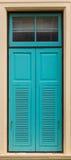 Finestra dipinta blu nella costruzione della parete Immagine Stock Libera da Diritti
