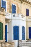 Finestra e balcone blu sul Mediterraneo antico della parete, Malta Immagini Stock