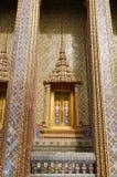 Finestra e decorazione tailandesi tradizionali di stile sulla parete Fotografia Stock Libera da Diritti