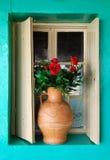 Finestra e flowerpot Fotografie Stock Libere da Diritti