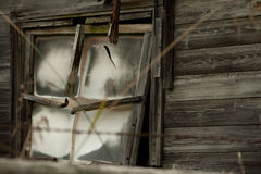 Finestra e lastre di vetro rotte sul vecchio granaio abbandonato Fotografia Stock Libera da Diritti