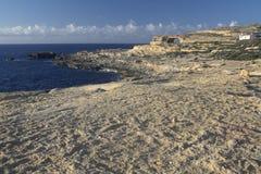 Finestra e linea costiera azzurrate dell'isola di Gozo Fotografie Stock