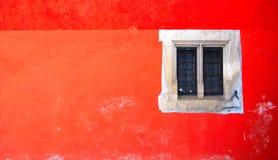 Finestra e parete rossa Immagine Stock