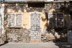 Finestra e porta di vecchia casa abbandonata Fotografia Stock Libera da Diritti