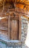 Finestra e porta - un elemento dell'architettura pietra-di legno del paesino di montagna di Zheravna in Bulgaria Immagini Stock Libere da Diritti