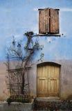 Finestra e portello in parete blu, Topolo Immagini Stock