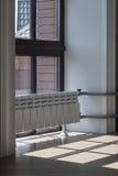Finestra e radiatore di riscaldamento all'interno Immagini Stock Libere da Diritti
