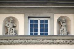 Finestra e statue dei cupids a Lviv Fotografia Stock Libera da Diritti