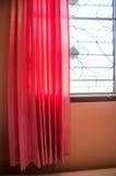Finestra e tende rosa fotografia stock