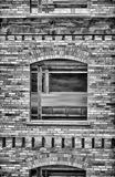 Finestra ed il vecchio muro di mattoni che dipinge BW Fotografie Stock Libere da Diritti