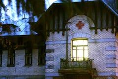 Finestra gialla nel vecchio palazzo di vecchio ospedale Fotografie Stock Libere da Diritti