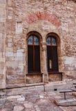 Finestra gotica alla parete della chiesa Fotografia Stock Libera da Diritti