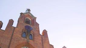 Finestra gotica rotta della chiesa abbandonata del mattone rosso, vecchia chiesa cattolica gotica archivi video