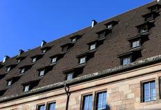 Finestra incorniciata di legno antica sul tetto di pietra, Europa fotografie stock libere da diritti
