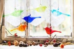 Finestra interna con gli uccelli ed i dadi di vetro Fotografia Stock