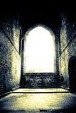 Finestra luminosa in vecchio catherdral Immagine Stock