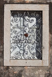 Finestra Mediterranea della casa di vilage della Croazia fotografia stock