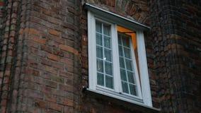 finestra Mezzo aperta in vecchia costruzione, luce che la esce, residenza privata archivi video